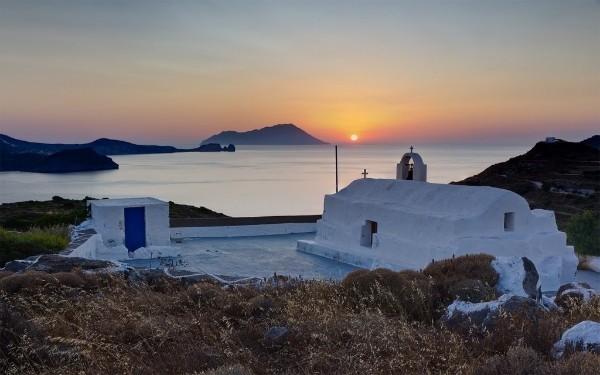 Το σημείο στο οποίο βρίσκεται χτισμένο το εκκλησάκι έχει την καλύτερη θέα στο νησί